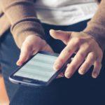 Privatperson sitter med mobil